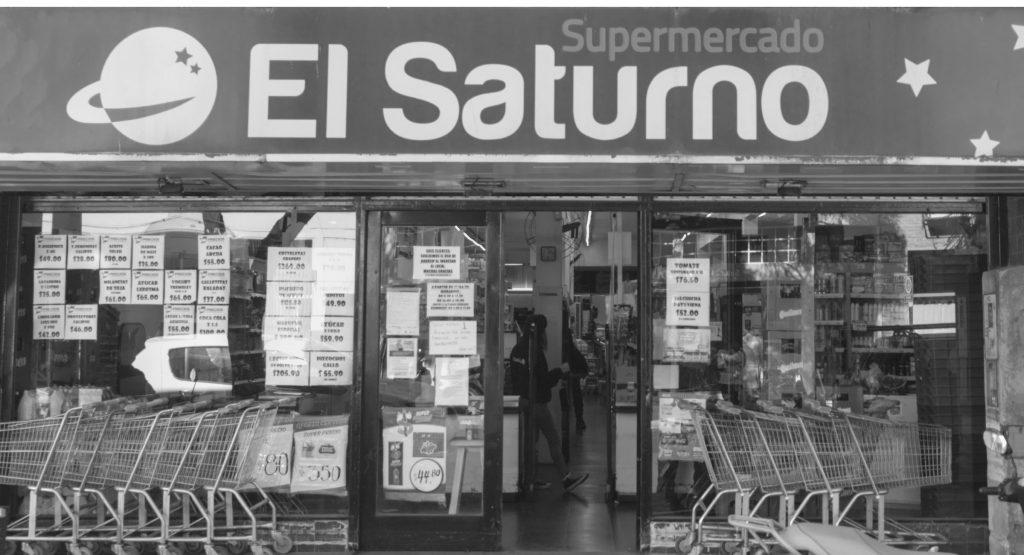 Foto en blanco y negro de la entrada de El Saturno Super